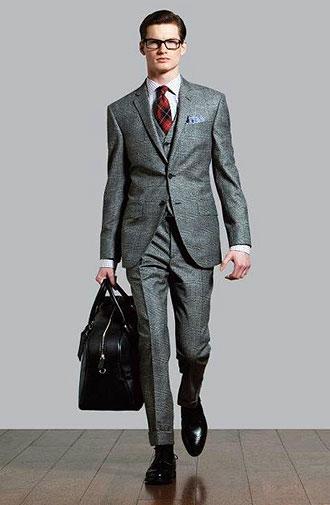 グレースーツに赤いチェック柄のタイを合わせた画像