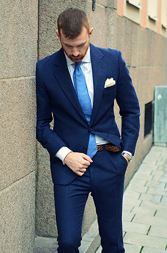 ネイビースーツ×青ネクタイの ...